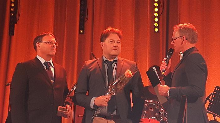 DEKRAs Mikael Pettersson och Stefan Qvist tar emot priset som Årets Teknikföretag.